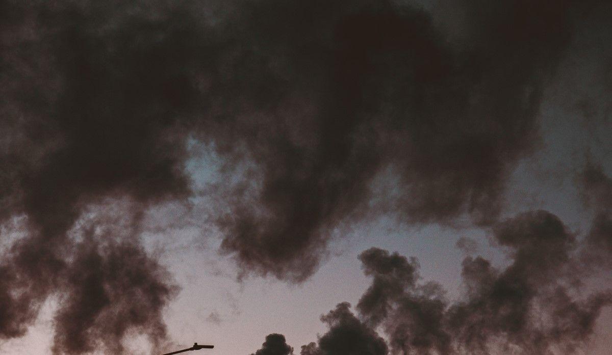 Byggentreprenörer och fastighetsförvaltare blir ofta anklagade av de boende för att ha skuld i fenomenet genom materialval, felaktig ventilation och liknande.  Inte sällan åtgärdas missfärgningen med tvättning och ommålning. Men problemen återkommer. vilket ofta ger upphov till klagomål och frustration från brukare tillsammans med oro för vistelse i innemiljön.
