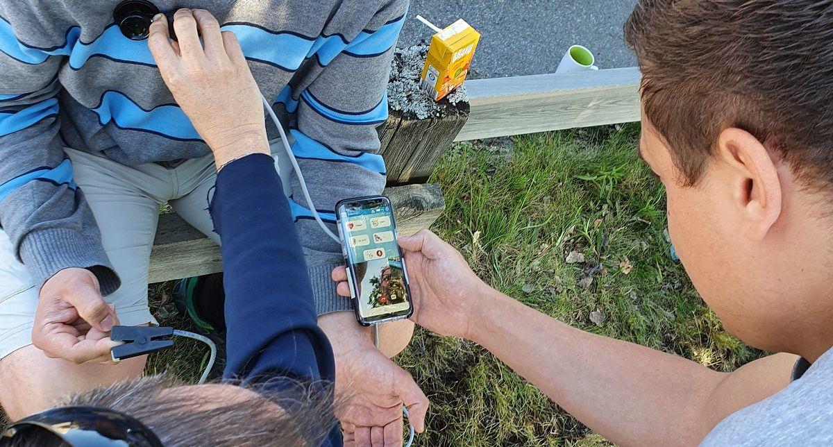 En pulsklocka har utvecklats för att mäta och sända medicinska parametrar till ambulans och akutmottagning. De på olyckplatsen kan kommunicera via videosamtal med sjukvården.